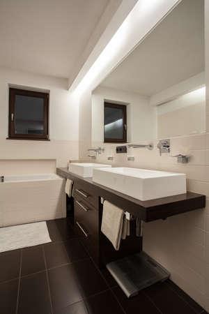 travertine house: Travertino Casa - Vista vertical del cuarto de ba�o espacioso