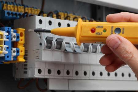 composant ?lectrique: D�tecteur sp�cial pour le contr�le de la tension dans un tableau
