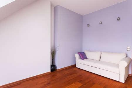 Maison classieuse - Chambre avec murs violets et un canapé blanc