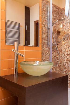 vessel sink: Elegante casa - fregadero del recipiente redondo en un cuarto de ba�o moderno