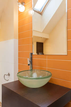 vessel sink: Elegante casa - fregadero recipiente de vidrio en el ba�o moderno Foto de archivo