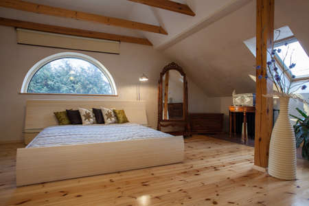 cloudy home: Cloudy home - original wooden bedroom with arch window
