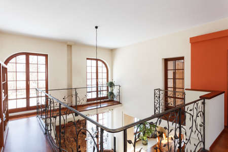 classy house: Classy house - Mezzanine with an elegant metal banister