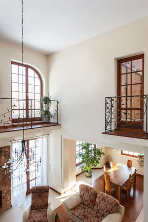 balcony door: Elegante casa - Vea de sala de segundo piso Foto de archivo