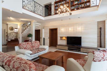 Casa di classe - elegante soggiorno e di un soppalco Archivio Fotografico