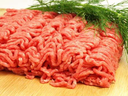 carne picada: Carne picada cruda con eneldo, de cerca