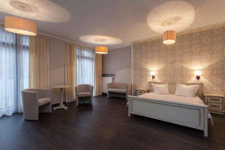 Лесной отель - Интерьер элегантный номер отеля Фото со стока