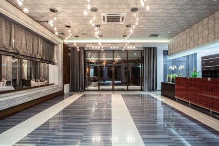 hotel reception: Woodland Hotel - Eingang und eine Rezeption