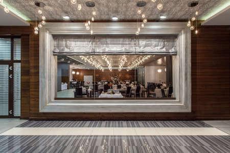 우드랜드 호텔 - 창에서 레스토랑보기