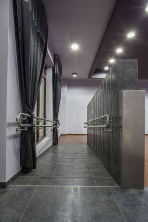 rámpa: Woodland hotel - kerekesszék rámpa korláttal Stock fotó