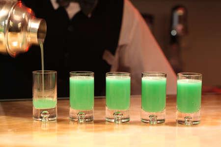 ajenjo: Primer plano de cinco tiros verde ajenjo alcohol