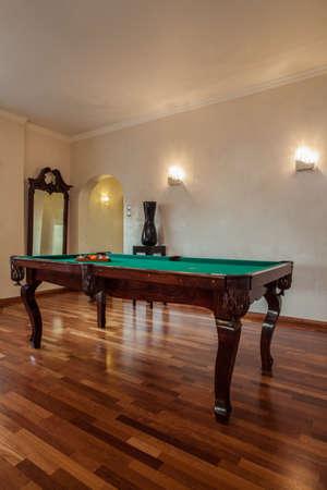 snooker room: Nuvoloso casa - tavolo da biliardo in piedi nel salotto Archivio Fotografico