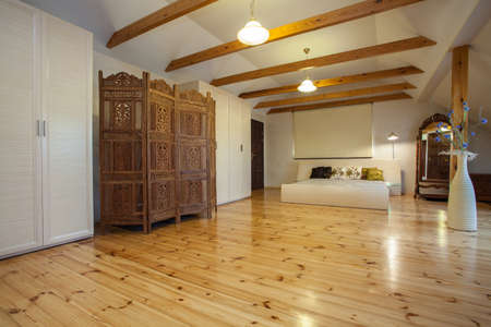 cloudy home: Cloudy home - wooden original screen in huge spacious bedroom