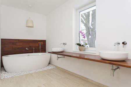 vessel sink: Interior del cuarto de ba�o con decoraci�n ex�tica