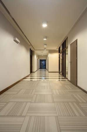 corridoi: Woodland Hotel - corridoio vuoto in colori vivaci Archivio Fotografico
