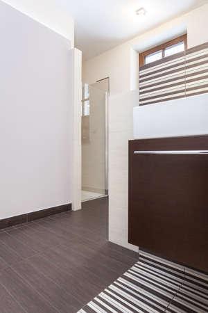 vessel sink: Dise�o Grand - ducha de cristal en un cuarto de ba�o moderno