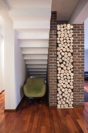 under fire: Casa de campo - trozos de madera listo para chimenea