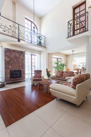 balcony door: Elegante casa - interior de una elegante sala de estar