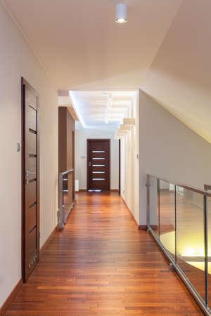 corridoi: Grand Design - lungo corridoio in un interno contemporaneo Archivio Fotografico