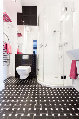 vibrant cottage: Vibrant cottage - Interior of a black and white bathroom