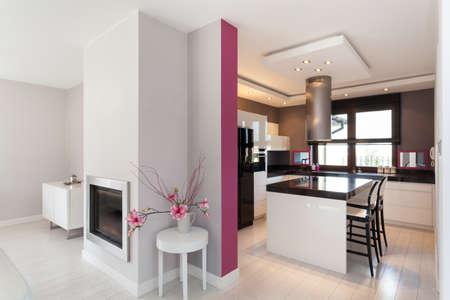 sala de estar: Vibrant cottage - cocina y chimenea en el sal�n