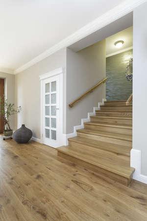 schody: Toskania - szerokie i drewniane schody, jasne wnętrze Zdjęcie Seryjne