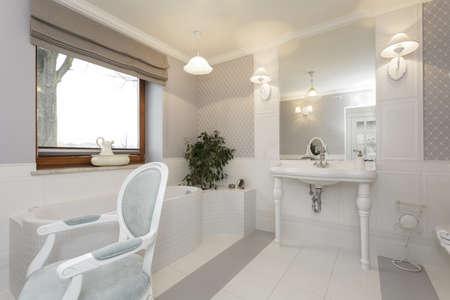 vessel sink: Toscana - Cuarto de ba�o blanco con silla cl�sica