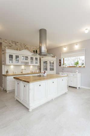 contadores: Toscana - interior de la cocina con estilo blanco