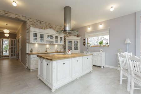 muebles de madera: Toscana - blanco encimera de madera en la cocina Foto de archivo