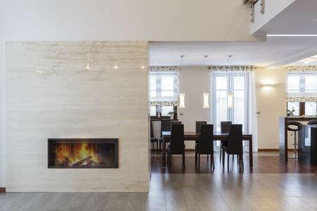ohniště: Grand Design - krb v obývacím pokoji a stolem
