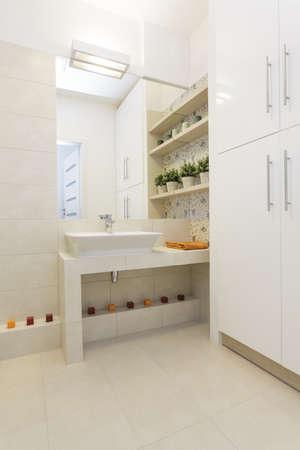 vessel sink: Lavabo de cer�mica de azulejos encimera de ba�o - Luminoso piso Foto de archivo
