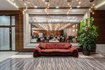 Woodland hôtel - restaurant view et un canapé rouge dans le hall