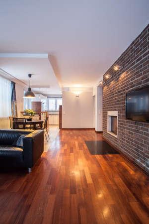 sala de estar: Casa de campo - Interior de la sala de estar con chimenea