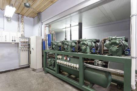 compresor: Enorme compresor en una fábrica de cámaras frigoríficas