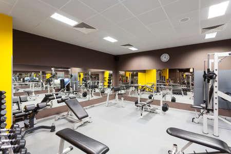 Интерьер нового современный тренажерный зал с оборудованием Фото со стока