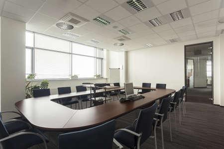 sala de reuniones: Sala de conferencias vac�a en una moderna oficina de interior Foto de archivo