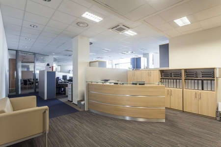 Modernes Interieur mit Rezeption, neues Büro