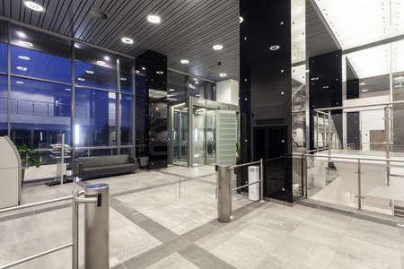 servicios publicos: Oficinas moderno con amplio espacio interior y ascensor