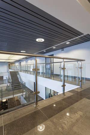 Длинный зал в современном офисе с стекла перила