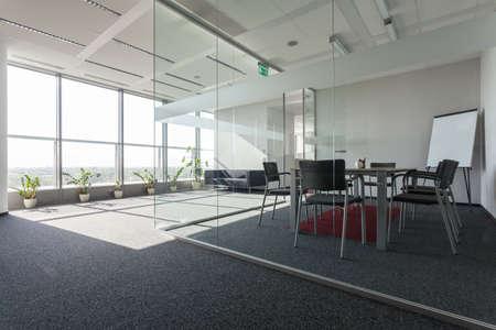 sala de reuniones: Interior espacioso con una moderna sala de conferencias