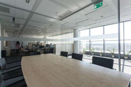mobiliario de oficina: Vidrio sala de reuniones en un nuevo centro de oficinas Foto de archivo