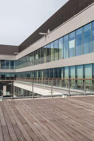 Terraza de un nuevo edificio de oficinas moderno
