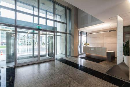 edificio corporativo: La entrada y recepci�n en un nuevo edificio de oficinas moderno