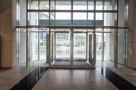 Glass Eingang zum neuen modernen Business-Center