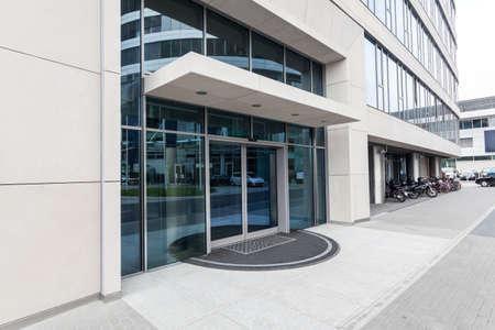 Tür eines neuen modernen Bürogebäude Standard-Bild