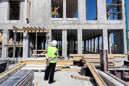 Manager van een bouwterrein op zoek op een structuur Stockfoto