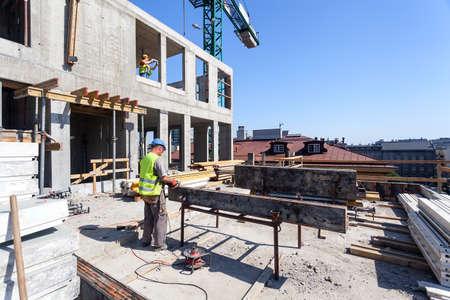 건물의 사이트에 전원 도구와 근로자