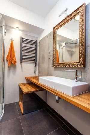 vessel sink: Interior de un nuevo cuarto de ba�o de lujo con espejo de oro