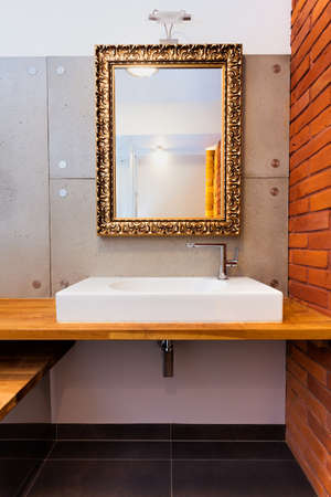 vessel sink: Espejo de lujo y un lavabo en un cuarto de ba�o moderno