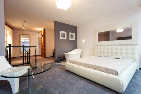 ロフトでミラーと白い寝室 写真素材
